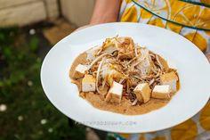Cara Membuat:Haluskan cabai. Tambahkan bawang putih, gula merah dan garam, haluskan lagi Tambahkan kacang tanah, haluskan Beri peanut buter dan masukkan air asam, aduk rata.Penyajian: Tuang saus kacang ke atas piring kemudian susun ketupat, taoge, tahu dan bihun. Taburi dengan bawang goreng dan kecap manis..... find out more indonesian cuisines recipes and tips at cook-in2.com