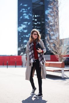 . Gabardina / Trench: Zara (HERE)  . Jersey / Jumper: Olive Clothing (HERE)  . Jeans: Topshop  . Zapatillas / Sneackers: Converse  . Gafas / Sunnies: RayBan  . Bolso / Bag: Chanel