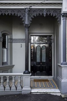 Architect Eva-Marie Prineas excavated under an Newtown terrace in order to connect the living areas to the back garden. Victorian Porch, Victorian Home Decor, Victorian Terrace House, Victorian Homes, Victorian Life, Bungalows, Exterior Paint, Interior And Exterior, Newtown House