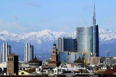 Milano, il vento regala lo spettacolo del Monte Rosa
