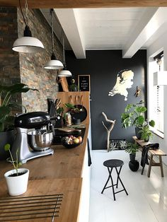 A brick wall and black accents give your kitchen a cool touch White Kitchen Decor, Kitchen Decor Themes, Home Decor, Urban Look, Urban Kitchen, Industrial Interiors, Industrial Metal, Kitchen On A Budget, Types Of Houses