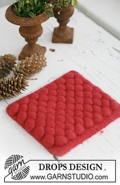 """Bubbling Hot FREE pattern by Drops Design -Knitted and felted DROPS Christmas pot stand in """"Eskimo"""""""