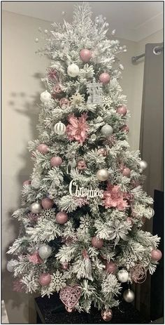 50 DIY Christmas Tree Decorations that spells out Elegance in Bold Letters - Hike n Dip Pink Christmas Tree Decorations, Elegant Christmas Trees, Silver Christmas Tree, Christmas Diy, Outdoor Christmas, Christmas Mantles, Victorian Christmas, Christmas Tree Ideas, Vintage Christmas