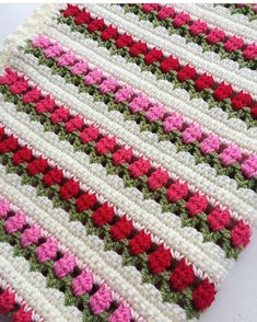 Square Crochet Rug: 80 Amazing Ideas and Step-by-Step Models - tapetes - Crochet Flower Tutorial, Crochet Flower Patterns, Crochet Flowers, Crochet Shoes, Diy Crochet, Crochet Doilies, Crochet Ideas, Crochet Table Mat, Carpet Trends