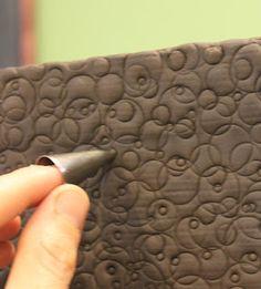 Decorando la torta con las boquillas de decorado