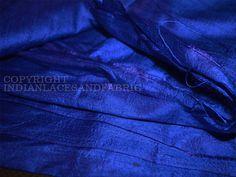 Royal Blue Dupionseide oder Rohseide-Gewebe, aus reiner Seide Garn. Dies ist eine sehr schöne Ton-in-Ton Royal Blue Farbe. Indian Dupionseide oder Rohseide-Gewebe, aus reiner Seide Garn. 100% reine...