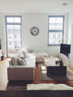 Gemütliche Couchlandschaft Mit Fellen Und Großen Fenstern. #einrichtung  #wohnung #interior #interieur