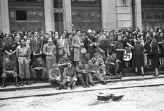 REGRESO REGIMIENTO DIVISIÓN AZUL: Madrid, 25-5-1942.- La Estación del Norte aparecía engalanada con las banderas nacional, de Falange y de Alemania; para recibir al regimiento de la División Azul que, hace diez meses, partió a Rusia. Desde las once de la mañana se agolpaban en la estación, voluntarios de la División que se encontraban ya en la capital. .EFE/aa