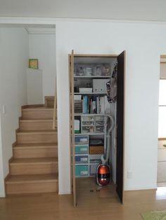 リビング階段下の収納。 - ミミの暮らすおうち Wardrobe Organisation, Home Organization, Japan Room, Under Stairs Cupboard, Colourful Living Room, Stair Storage, Asian Decor, Staircase Design, Cool Beds