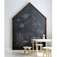 Para quem tem pequenos que amam desenhar na parede, que tal um quadro negro? Resolve o problema da limpeza e não impede a diversão!