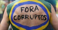 Manifestação na avenida Paulista tem pessoas vestidas de palhaço
