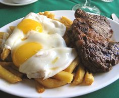 Bistec a lo pobre (poor mans steak) Classic Chilean Dish. Chilean Food, Chilean Recipes, Kinds Of Steak, Latin American Food, American Recipes, Comida Latina, Cowboys, Spanish, Cooking Recipes