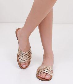 Sandália feminina  Modelo: rasteira   Com tiras entrelaçadas   Metalizado  Marca: Satinato  Material: sintético     COLEÇÃO VERÃO 2017     Veja outras opções de    sandálias femininas.        Sobre a marca Satinato     A Satinato possui uma coleção de sapatos, bolsas e acessórios cheios de tendências de moda. 90% dos seus produtos são em couro. A principal característica dos Sapatos Santinato são o conforto, moda e qualidade! Com diferentes opções e estilos de sapatos, bolsas e acessórios…