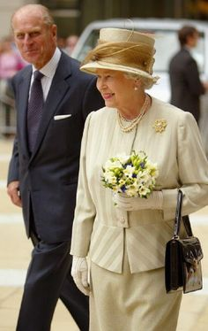 What a lovely outfit on the queen here. Very beautiful picture for Queen Elizabeth II.