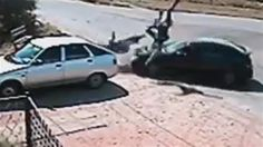 Câmera de segurança flagra acidente com scooter - Uma câmera de segurança na Rússia flagrou um acidente impressionante de um carro contra uma scooter que carregava duas pessoas. Felizmente elas sobreviveram, mas estavam aparentemente machucadas e ainda um pouco desorientadas. O mais estranho é que o motorista do carro e outras duas pessoas que se aproximaram, estavam mais preocupadas com o estrago do carro.