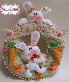GUirlanda decorativa para a páscoa, confeccionada em feltro Easter Gift, Easter Crafts, Felt Crafts, Easter Bunny, Diy And Crafts, Crafts For Kids, Easter Flower Arrangements, Felt Wreath, Diy Easter Decorations