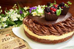 Tort ciocolatos cu cremă de lămâie și fructe de pădure