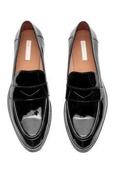 Leather Loafers - Loafers Outfit - Ideas of Loafers Outfit - Black Loafer Shoes, Black Leather Loafers, Black Shoes, Leather Shoes, Black Loafers Outfit, Small Heel Shoes, Low Heel Shoes, Moda Disney, Black Heels Low