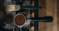 Mein Tagebuch IIX - Espresso vom Traxls  Als wir erfahren haben dass es am Linzer Südbahnhofmarkt Röstkaffee aus Oberösterreich gibt mussten wir natürlich sofort dort hin als unser Vorrat wieder zur Neige ging. Knapp vor dem Corona-Virus haben wir uns bei Traxl zwei Kilo Kostprobe geholt.  Eines davon ist die Mischung mit dem einfachen Namen Espresso. Mit sehr fruchtiger Note ohne dabei zu sauer zu sein ist er wie der Name schon sagt eine sehr positive Erfahrung als Espresso. 30% Robusta… Espresso, Coffee Maker, Kitchen Appliances, Crown, Diary Book, Names, Coffee, Espresso Coffee, Kitchen Tools