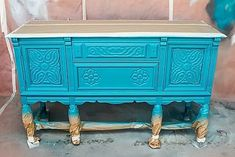 How to Blend &Layer Painton yourpainted furnitureprojects. Learn thefurniture painting techniqueofblendingandlayeringmultiple colors whilepainting furnitureto achieve a gorgeous finish. Thelayered painting techniqueis truly one of a kind. Furniture Painting Techniques, Chalk Paint Furniture, Furniture Projects, Diy Furniture, Repurposed Furniture, Shabby Chic Furniture, Turquoise Painted Furniture, American Paint Company, Layer Paint