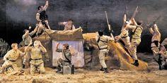 Au Théâtre du Soleil, le crime de Macbeth défigure le monde. Shakespeare, avec son monstre qui s'accomplit dans le régicide et l'infanticide, nous parle à quatre siècles de distance. Ariane Mnouchkine et sa troupe en font l'ensorcelante démonstration. (photo Michèle Laurent)
