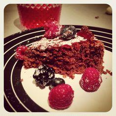 bolo de brownie de chocolate com frutos vermelhos * chocolate brownie cake with red fruits