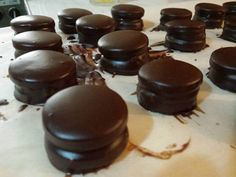 Alfajores de chocolate muy fácil de hacer Gourmet Recipes, Sweet Recipes, Snack Recipes, Cake Pops, Donuts, Chilean Recipes, Macarons, Latin Food, Chocolate Lovers