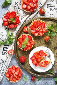Mini Tarten mit Erdbeeren vorbereiten, tolle Nachtisch Rezepte für jeden Geschmack