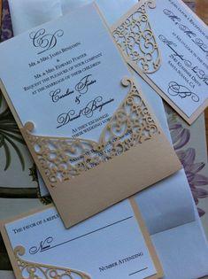Este listado está para el bolsillo manga de invitación de boda con detalle de patrón intrincado remolino de corte láser. Ideal para un día de boda elegante.  Se corta la tarjeta de cartulina brillo lujoso (105lb) en el color de su elección  Tamaño de la invitación - 5,5 x 8,5 Incluye: invitación, sobre exterior Colores: modificado para requisitos particulares  Listado de precio es sólo para una muestra de la suite de invitación en los colores solicitados. Póngase en contacto con nosotros…