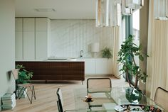 The ripple effect in walnut and marble at the Television Centre penthouse in London. Piercy & Co. architects oversaw the renovation, and fashion designer Bella Freud and interior designer Maria Speake of Retrouvious collaborated on the interiors. To see the full project, go to Retro Maximalism. Retro Interior, Open Plan Kitchen Dining, Luxe Interiors, London Apartment, Apartment Design, Interior, Apartment Interior, Glass Dining Table, Kitchen Dining Room