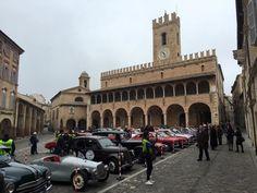 OFFIDA – Una bella sorpresa stamattina per gli offidani che hanno assistito alla pacifica invasione di splendide auto e moto d'epoca nella centrale Piazza del Popolo. Era la tappa progr…