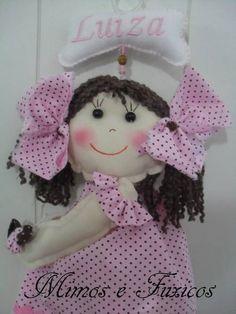 Luiza Rosa e Marrom! <br>Boneca feita em algodão com enchimento em fibra. <br>Cabelo em lã. <br>Ela segura uma borboleta feita em fuxico. <br>Plaquinha em feltro com nome da criança bordado. <br>Pode ser feita em outras cores de roupa e cabelo. <br>Também pode ser feito um bonequinho. <br>Se quieser optar só pela boneca sem a plaquinha também pode