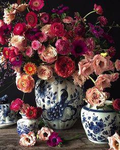 A beautiful floral arrangement. Ikebana, Real Flowers, Beautiful Flowers, Pink Flowers, Valentine's Day 2018, Blue And White Vase, White Vases, Arte Floral, Gerbera