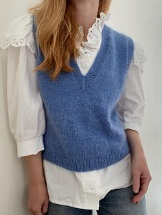 Strikkeopskrift: Vest med v-hals fra My Favorite Things Knitwear | costume.dk Sweater Vest Outfit, Vest Outfits, Shrug Sweater, Knit Vest Pattern, Knit Patterns, Cute White Shirts, Crochet Hair Accessories, How To Purl Knit, Fashion Project