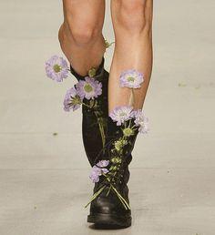 Caminhar num jardim florido,   num campo das flores,   onde o beija-flor me beija a face   e eu vou, florescendo-me em seu amor.  ―  Gil Buena