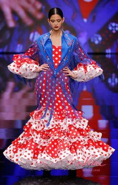 Traje de popelín en color rojo con lunares blancos, mangas al codo, combinando volantes de lunares rojos y blancos. Escote de pico por delante y cubierto por detrás. La falda es de talle bajo y combina lunares de los dos tonos de colores, con volantes de menor a mayor y enaguas de organdí en blanco. Éste traje es un clásico. #RíodeRosasLina #SIMOF2018 #modaflamenca Costumes, Gallery, Dresses, Models, Cute Dresses, Girls Dresses, Two Tones, Long Dresses, Gowns