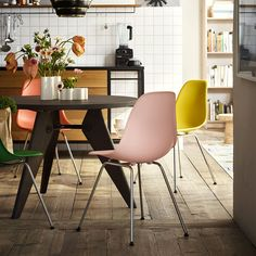 We take a look at the story behind a true design icon, the Eames Shell Chair - a design which challenged the status quo and inspired generations of designers. Chaise Eames Dsw, Vitra Chair, Chaise Ikea, Eames Chairs, Desk Chairs, Side Chairs, Vitra Design, Design Tisch, Charles & Ray Eames