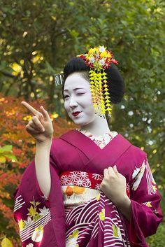 Sharpshootin' maiko | Maiko (geisha apprentice) Mamefuji of … | Flickr - Photo Sharing!