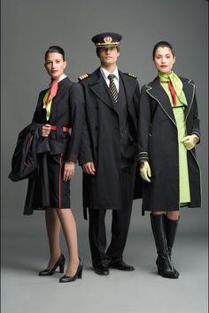 """<a href=""""/parceiros/strazzera"""">Strazzera</a> · N aopinião dos estilistas, a nova coleção de uniformes segue uma tendência muito batual, mais anatómica e adaptada ao corpo humano e, com ela, a 'mulher TAP' e o 'homem TAP' ficam totalmente fashion."""