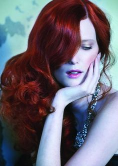 Si hay un tono de cabello que logra ser un imàn de atención, es el rojo. Anaranjado, rubio, cobrizo o violeta, este es el nuevo Look de color de cabello. Llevar el rojo no es una cosa fácil, pues hay que tener en cuenta factores como tu tono de piel, el corte de tu cabello y el mantenimiento que requiere. Si estás lista para un makeover esta primavera y eres de las que no le temen a nada en cuestión de belleza, trata algo nuevo y conviértete en una pelirroja de fuego!