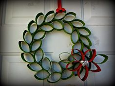 Christmas Toilet Paper Roll Wreath With Flower Christmas Origami, Christmas Art, Christmas Projects, Christmas Wreaths, Christmas Ornaments, Christmas Glitter, Paper Ornaments, Simple Christmas, Beautiful Christmas