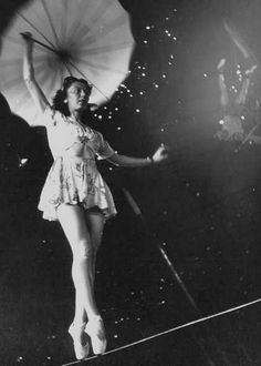 Creative Inspiration, Style Inspiration, Circus Costume, Kids C, The Greatest Showman, Art Poses, Vintage Circus, Indie Fashion, Vintage Pictures