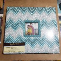 Album de Scrapbooking Recollection 30x30  cód AL00244 Produto Importado da marca Recollection. Album de Glitter Azul.  Álbum com 10 páginas (saquinhos), folhas internas brancas. (cabem 20 páginas prontas scrapbook 30x30cm) A medida do álbum é de - 30,4cm x 30,4cm Este produto você encontra nas lojas Bala Mental,entre em contato conosco em nossa fan page: