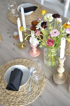 Feien og Fjong, colourfull flowers, pastels on a wood table