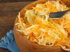 Salata de varza cu ridichi si morcovi 30 Minute Meals, Raw Vegan, Vegan Gluten Free, Cabbage, Good Food, Vegetables, Salads, Cabbages, Vegetable Recipes