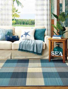お部屋の雰囲気をガラッと変えたいときは、カーテンやラグといった面積の広いものを変えることがポイント。海辺を連想させるような象徴的なモチーフのついたクッションに変えれば、いつものソファもグッと夏らしい表情になります。