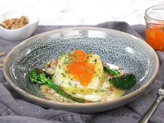 Torskrygg med beurre blanc, råstekt sparrisbroccoli och forellrom Fish And Seafood, Fudge, Dinner, Breakfast, Ethnic Recipes, Dining, Morning Coffee, Food Dinners, Dinners