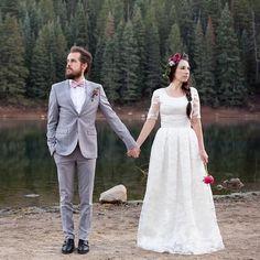 Pin for Later: Die 20 atemberaubendsten Hochzeitskleider der coolsten Modeblogger  Kelsey Bang war zwar bereits verheiratet, schmiss sich für einen Post aber erneut in Schale. Das Kleid mit Spitzen-Ärmelchen stammt von Illume.