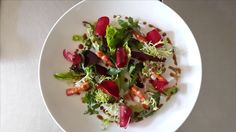 Salat mit Garnelen und rote Beete, auch eine Kreation des Jahe Restaurants auf Bali, The Pavilions Privat Villas Sanur