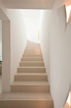 Escalera casa minimalista en Ibiza, tonos blancos y beige vía Blog tendenciasydecoracion.com
